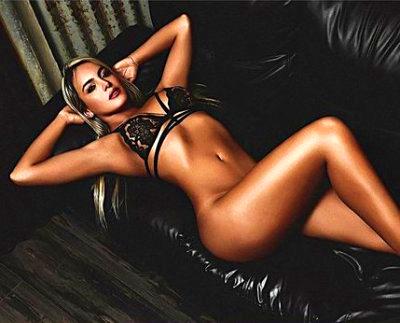 Картина по номерам 30x40 Девушка на черном кожаном диване